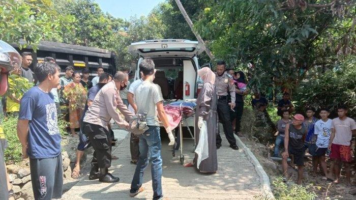 Petugas mengevakuasi korban kecelakaan maut di Jatigede, Sumedang, Jumat (14/5/2021).