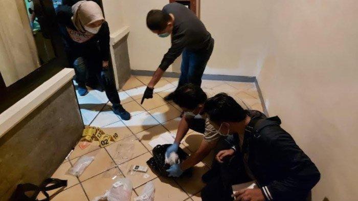 Petugas Satreskrim Polres Kediri Kota memeriksa kamar 421 sebuah hotel yang menjadi TKP pembunuhan gadis remaja asal Kota Bandung, Rabu (3/3/2021).