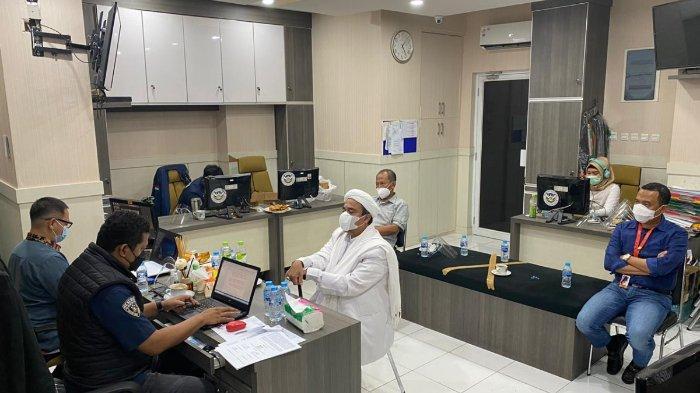 Pimpinan FPI Muhammad Rizieq Shihab menjalani proses pemeriksaan di Polda Metro Jaya, Sabtu (12/12/2020).