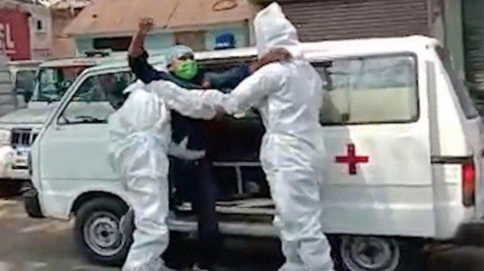 Agar Jera, Polisi India Paksa Pelanggar Jam Malam Masuk ke Dalam Van dengan Pasien Covid-19 Palsu