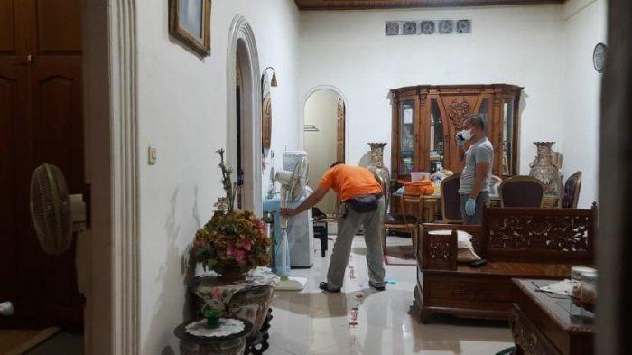 Polisi melakukan olah TKP di rumah Plt Kepala BPBD Merangin, Syafri, Kamis (29/7/2021) malam.