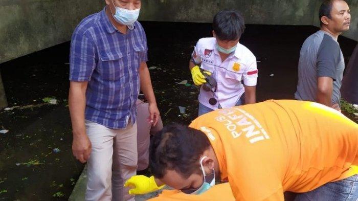 Polisi mengevakuasi bocah tenggelam di basement hotel mangkrak di Komplek Nirmala Square Kota Tegal, Selasa (4/5/2021).