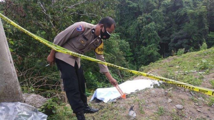 Polisi olah TKP mayat terbakar di sebuah ladang, di Desa Padaelo, Kecamatan Mallawa, Kabupaten Maros, Jumat (11/6/2021) dini hari.
