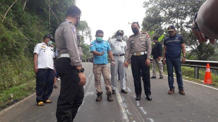 Polisi saat melakukan olah TKP di lokasi kecelakaan bus maut di Jalan Raya Wado-Malangbong, Dusun Cilangkap, RT 01/06, Desa Sukajadi, Kecamatan Wado, Kabupaten Sumedang, Kamis (11/3/2021).