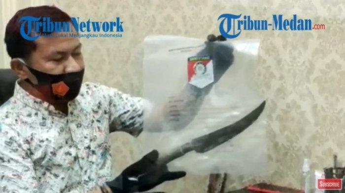 Polres Asahan mengamankan barang bukti badik yang digunakan dalam perkelahian yang menewaskan Bardansyah Damanik alias Tomi di warung tuak, Senin (3/5/2021).