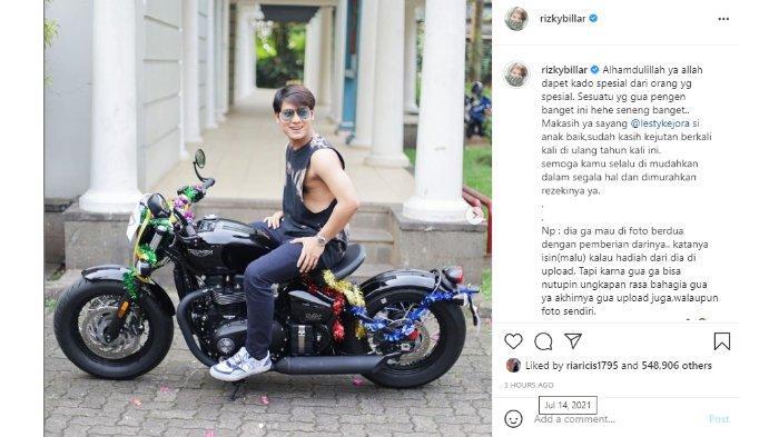 Postingan Instagram Rizky Billar yang memamerkan kado dari Lesti Kejora berupa sepeda motor baru.