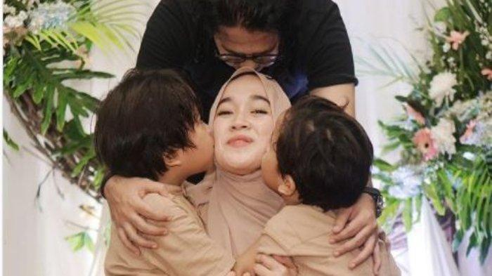 Potret kebersamaan keluarga Ayus dan Eri Fitriyah sebelum isu perselingkuhan dengan Nissa Sabyan terungkap ke publik, Rabu (24/2/2021).