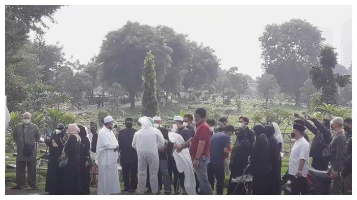 Potret pelayat di pemakaman jenazah Rina Gunawan, Rabu (3/3/2021).