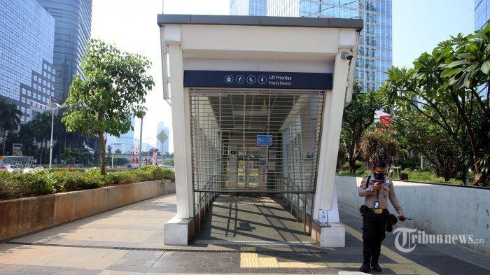Petugas beraktivitas di gerbang Stasiun MRT Setiabudi Astra, Jakarta Pusat, Minggu (18/7/2021). PT MRT Jakarta (Perseroda) melakukan penutupan sementara tiga stasiun dalam rangka mendukung penerapan Pemberlakuan Pembatasan Kegiatan Masyarakat (PPKM) Darurat Jawa-Bali hingga akhir Juli 2021. Penutupan sementara dilakukan di tiga stasiun, yakni Stasiun MRT Haji Nawi, Stasiun MRT ASEAN, dan Stasiun MRT Setiabudi Astra yang akan diberlakukan mulai Minggu, 18 Juli 2021. Warta Kota/Angga Bhagya Nugraha