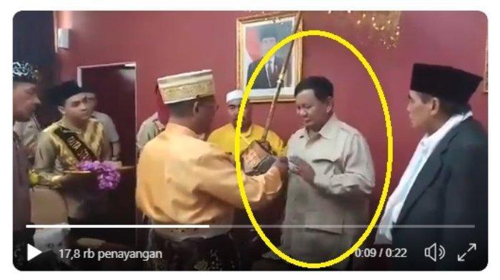 Reaksi Prabowo Subianto saat akan menerima gelar Datok Sri Setia Negara pada Minggu (17/3/2019).