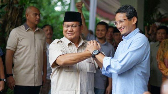Calon presiden nomor urut 02 Prabowo Subianto dan cawapres Sandiaga Uno bersalaman seusai menggelar konferensi pers dalam menyikapi hasil pilpres, di kediaman pribadinya, Jalan Kertanegara, Jakarta Selatan, Selasa (21/5/2019).