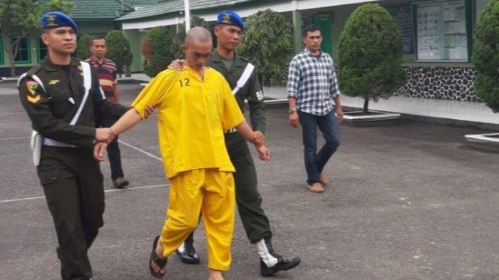 Prada DP pelaku pembunuhan Vera Oktaria ketika berada di Denpom II Sriwijaya, Palembang, Jumat (14/6/2019).