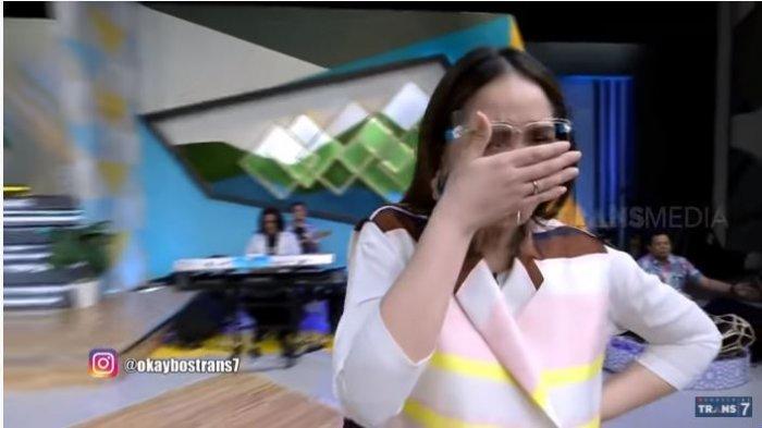 Presenter Nagita Slavina dalam tayangan Okay Bos, Selasa (15/9/2020). Nagita tertangkap kamera sedang menangis lantaran bertengkar dengan Raffi Ahmad.