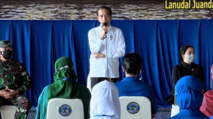 Presiden Joko Widodo (Jokowi) bersilaturahmi dengan keluarga korban KRI Nanggala 402 di Pangkalan TNI AL Juanda, Kabupaten Sidoarjo, Kamis (29/4/2021).