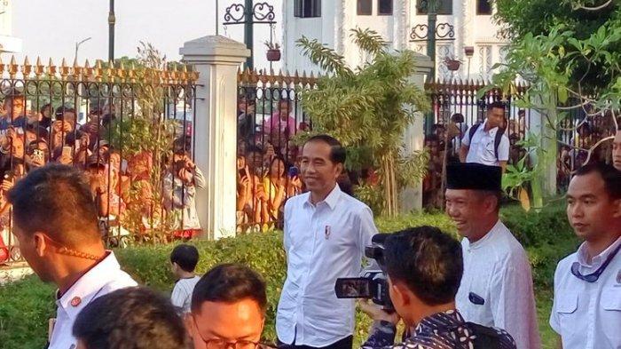 Presiden Joko Widodo saat menyaksikan pembagian paket sembako di Istana Kepresidenan Gedung Agung Yogyakarta.