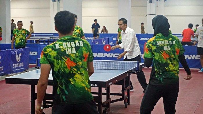 Joko Widodo (Jokowi) memperlihatkan kemampuannya bermain tenis meja, saat berkunjung ke Pusat Pelatnas atlet Asian Para Games Indonesia di Hartono Trade Center (HTC), Sukoharjo, Jawa Tengah, Sabtu (15/9/2018).