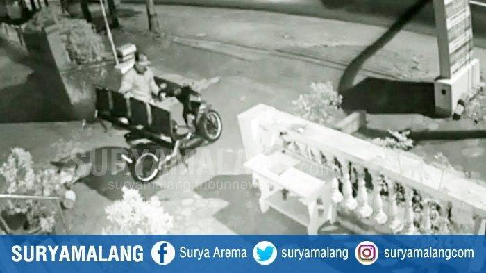 Detik-detik Pelaku Ambil Kursi Milik Puskesmas dan Dibawa Pakai Motor, Sempat Duduk di Teras