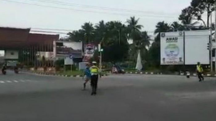 Detik-detik Pria yang Bonceng Anak 6 Tahun Serang Polisi di Jalan, Aparat Sempat Mencabut Pistol