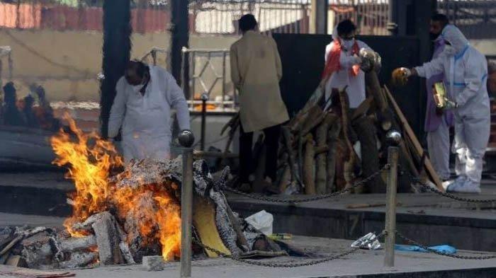 Proses kremasi jenazah pasien Covid-19 di parkiran di India karena saking banyaknya korban jiwa di negara tersebut.