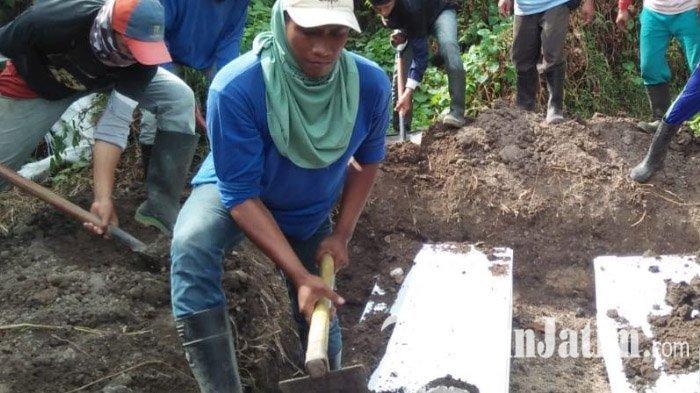 proses-pemakaman-tiga-pelaku-bom-bunuh-diri-gereja-di-surabaya_20180524_195546.jpg
