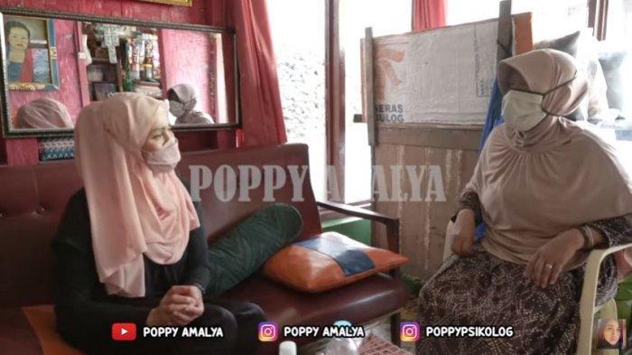Psikolog dan Pakar Mikro Ekspresi Poppy Amalya berbincang dengan kakak almarhumah Tuti - Yeti Mulyati terkait kasus pembunuhan Tuti Suhartini (55), dan anaknya, Amalia Mustika Ratu (23), yang ditemukan tewas di kediaman mereka di Jalan Cagak, Subang, Jawa Barat, Rabu (18/8/2021).