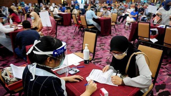 Pusat vaksinasi mega COVID-19 terletak di Ideal Convention Center di Shah Alam, Selangor, Malaysia.