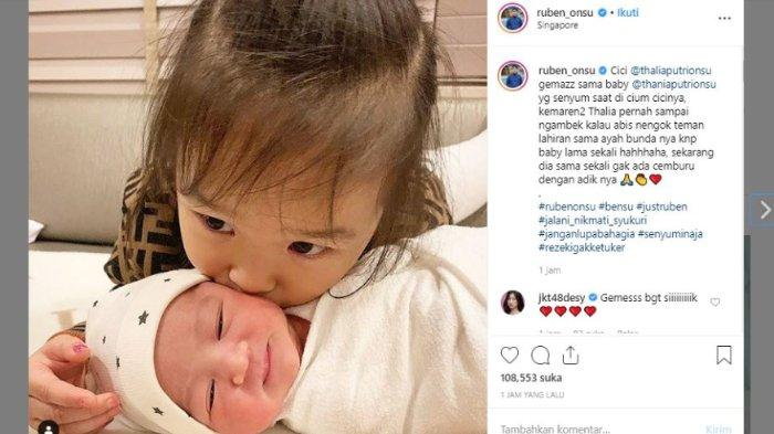 Putri pertama Ruben Onsu dan Sarwendah, Thalia, mencium sang adik, Thania Putri Onsu