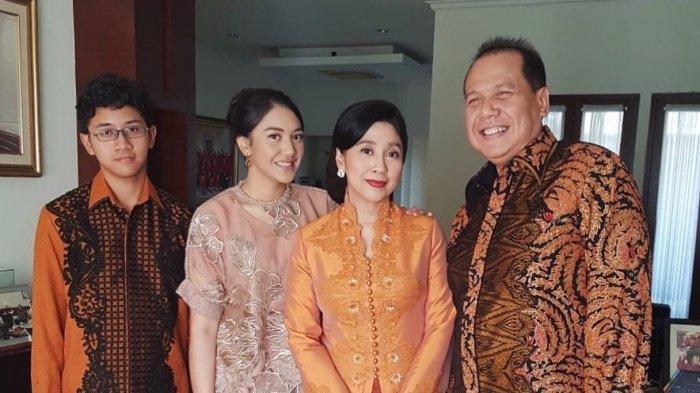 Putri Tanjung dan Keluarga