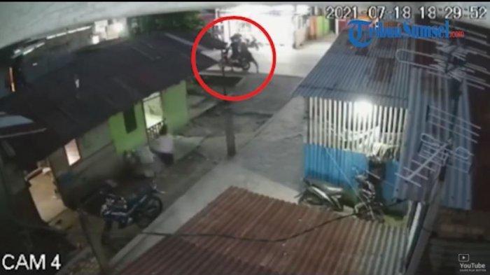 Viral di media sosial sebuah rekaman kamera CCTV menangkap momen dua orang jambret beraksi menggasak sebuah handphone milik seorang gadis berinisial AN (13). Kejadian itu terjadi di Jalan Sultan Muhammad Mansyur Bukit Lama Kelurahan 32 Ilir Kecamatan Ilir Barat II, Palembang, Sumatera Selatan, Minggu (18/7/2021) malam.
