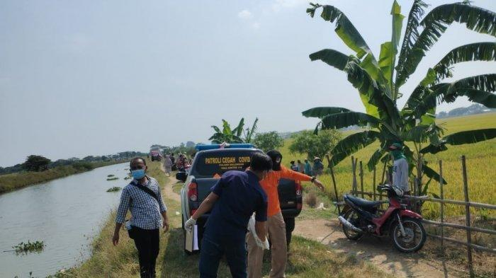 Mayat bocah laki-laki yang ditemukan di aliran Sungai Prawira di Desa Rawadalem, Kecamatan Balongan, Kabupaten Indramayu, Kamis (19/8/2021).