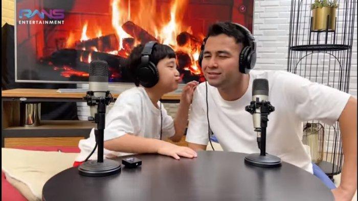 Tangkapan layar - Raffi Ahmad mengobrol dengan anaknya Rafathar Malik Ahmad di konten podcast, Minggu (9/5/2021)