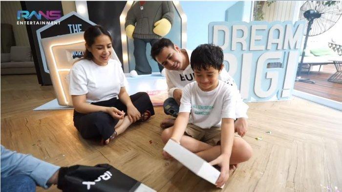 Rafathar girang dapat kado iPad dari Raffi Ahmad dan Nagita Slavina lantaran lulus TK, Minggu (20/6/2021).
