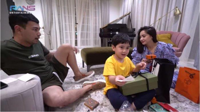 Rafathar membagikan sejumlah kado untuk Raffi Ahmad dan Nagita Slavina yang berulang tahun, Rabu (17/2/2021).