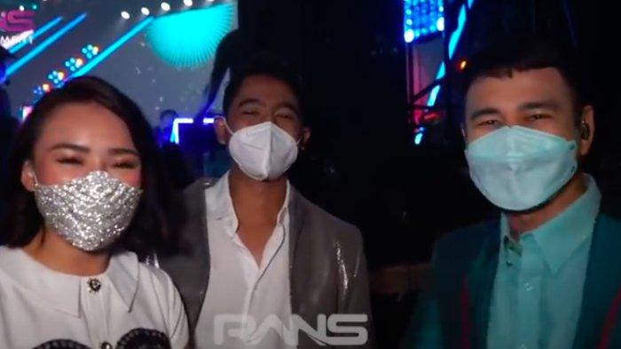 Raffi Ahmad bersama Arya Saloka dan Amanda Manopo di belakang panggung TikTok Awards Indonesia 2020.