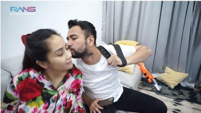 Raffi Ahmad dan Nagita Slavina dalam tayangan di kanal YouTube-nya, Minggu (25/7/2021). Raffi berpamitan mencium pipi Nagita sebelum berangkat.