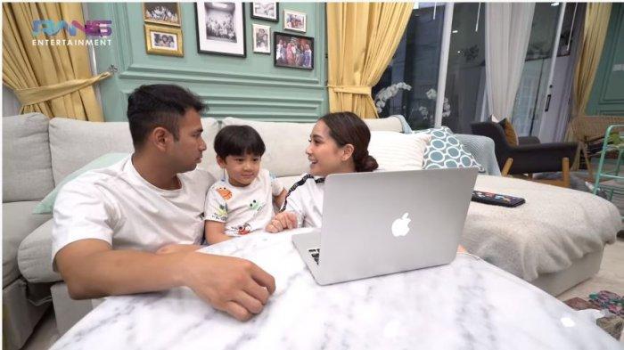 Raffi Ahmad, Rafathar dan Nagita Slavina melihat foto dan video kenangan di laptop, diunggah Sabtu (28/11/2020).