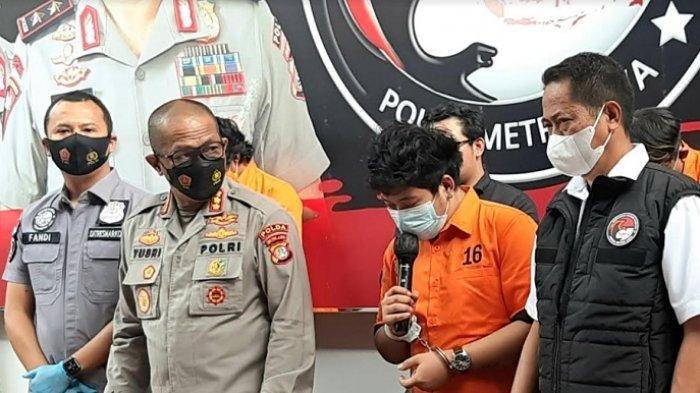 Raffi Zimah, anak penyanyi dangdut Rita Sugiarto, dalam giat rilis kasus narkoba di Polda Metro Jaya, Semanggi, Jakarta Selatan, Rabu (19/5/2021).
