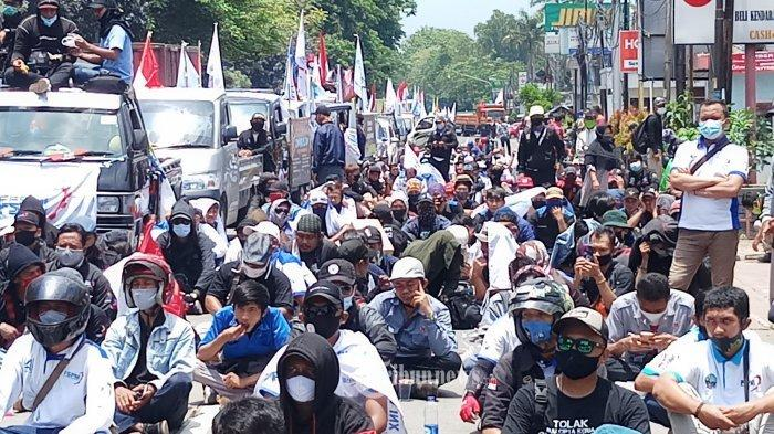 DICEGAT APARAT - Ratusan buruh yang tergabung dalam Federasi Serikat Pekerja Metal Indonesia (FSPMI) Tangerang Raya, batal berunjukrasa ke Gedung DPR/MPR setelah dicegat aparat keamanan di Jalan Gatot Subroto Km 5.3, Jatiuwung, Kota Tangerang, Senin (5/10/2020). Sedianya mereka akan berunjukrasa ke Senayan untuk menolak disahkannya RUU Omnibus Law, akhirnya mereka hanya bisa berunjukrasa di jalanan.