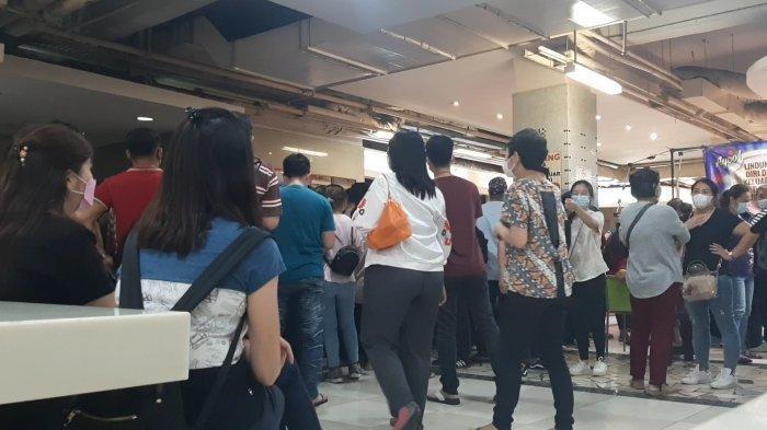 Ratusan orang mengantre vaksinasi Covid-19 gratis di Lantai 8 Blok A Pasar Tanah Abang, Jakarta Pusat, pukul 12.00 WIB, Selasa (23/2/2021).