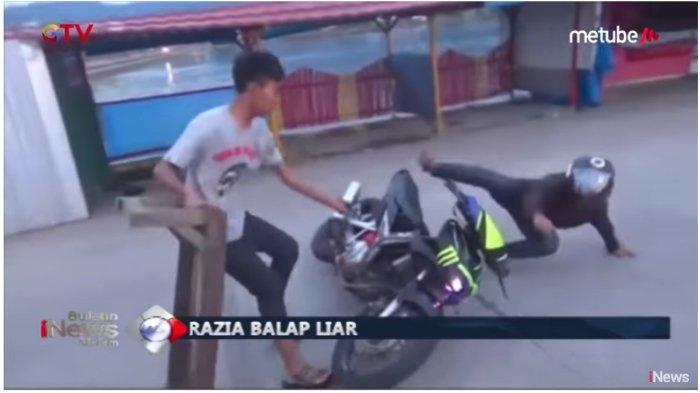 Seorang pengendara liar terjatuh saat mencoba menerobos blokade polisi, Rabu (29/5/2019).