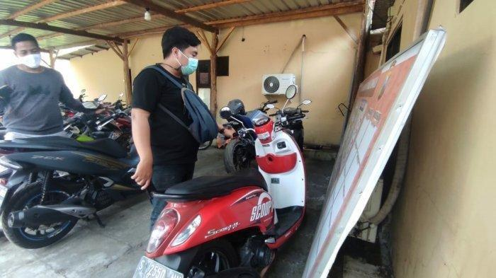 Barang bukti sepeda motor milik korban diamankan di Polsek Trowulan, Kabupaten Mojokerto, Rabu (25/8/2021).