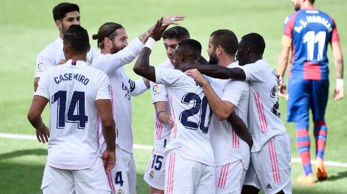 Para pemain Real Madrid saat merayakan gol yang dicetak ke gawang Levante dalam pekan kelima Liga Spanyol 2020-2021, Minggu (4/10/2020). Real Madrid sukses mencuri 3 poin dari markas Levante yang membuat mereka naik ke pucuk klasemen Liga Spanyol.  Real Madrid menang 2-0 atas Levante pada pekan kelima Liga Spanyol 2020-2021, Minggu (4/10/2020).