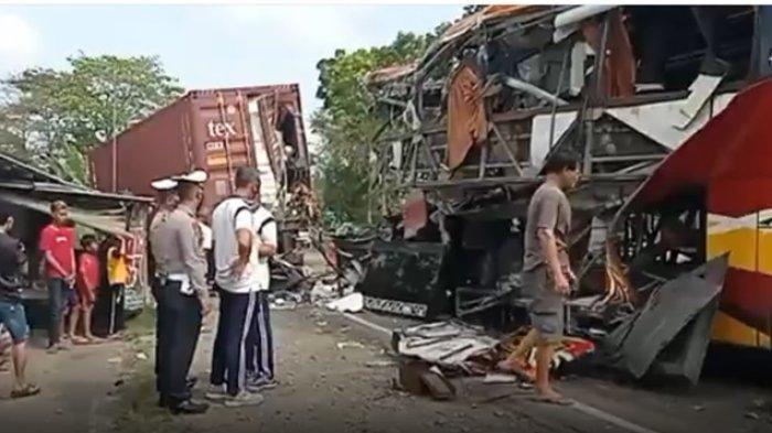 Kecelakaan bus yang menabrak truk kontainer di Jalan Raya Kulonprogo - Purworejo, kapanewon Temon, Kabupaten Kulonprogo, Jumat (24/9/2021).