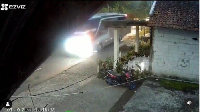 Viral Rekaman CCTV Bus Padma 15 Menit sebelum Jatuh di Tanjakan Cae, Lihat Momen Lewati Lajur Sempit
