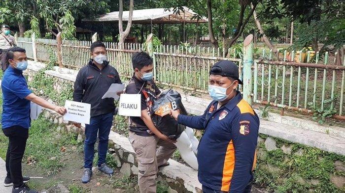 Rekonstruksi kasus mutilasi saat tersangka AYJ (17) membuang potongan tubuh berupa kaki korban Donny Saputra di Jalan Guntur sekat Stadion Patriot Bekasi, Rabu (16/12/2020).