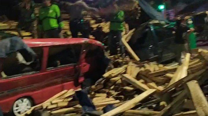 Relawan memindahkan kayu yang menimpa Suzuki Carry di Jalan Veteran Salatiga, Selasa (23/2/2021).