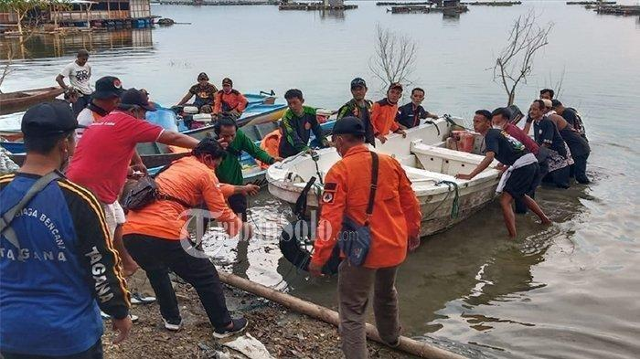 Relawan mengevakuasi perahu yang celaka wisatawan di Waduk Kedung Ombo di Dukuh Bulu, Desa Wonoharjo, Kecamatan Kemusu, Kabupaten Boyolali, Sabtu (15/5/2021).