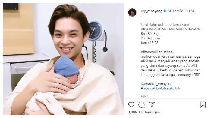 Tangkapan layar postingan Rey Mbayang sedang menggendong bayinya, Minggu (20/6/2021).