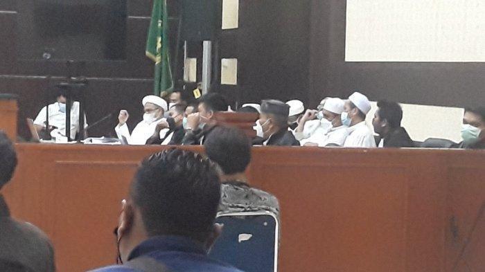 Rizieq Shihab dan tim kuasa hukumnya saat mengikuti sidang pemeriksaan saksi kasus kerumunan warga di Petamburan dan Megamendung yang digelar di Pengadilan Negeri Jakarta Timur, Senin (12/4/2021).