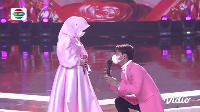 Rizky Billar berlutut dan melamar Lesti Kejora saat berada di atas panggung, Kamis (21/1/2021)